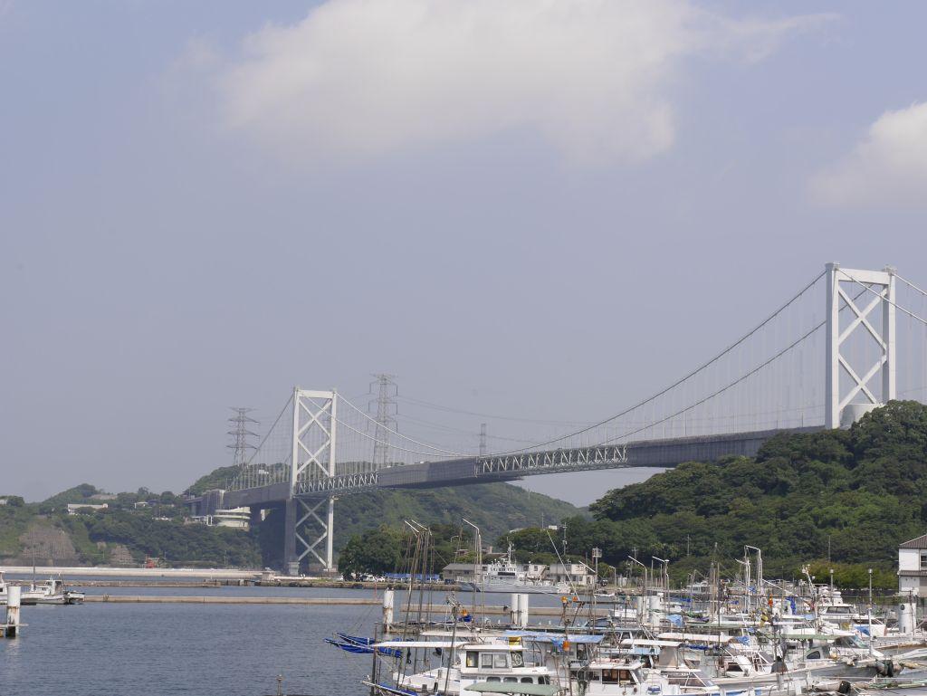 車内から関門橋が見えます