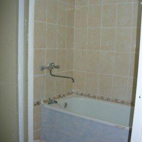 L'espace sous la salle de bain se trouve des panneaux plastiques cousus