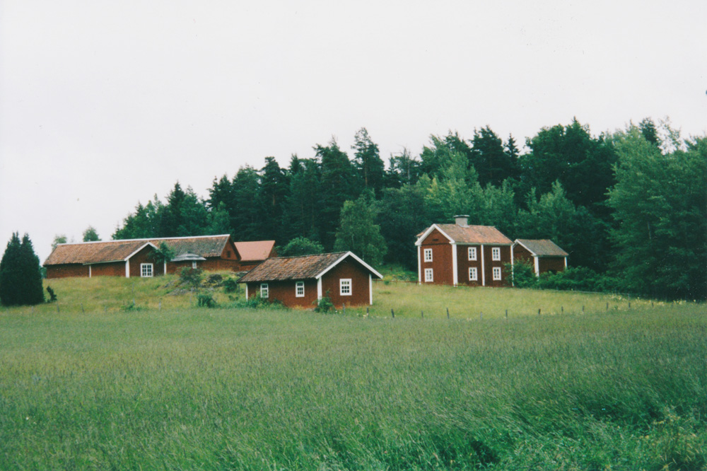 Typically Swedish, red houses. If only the sky had been blue too...