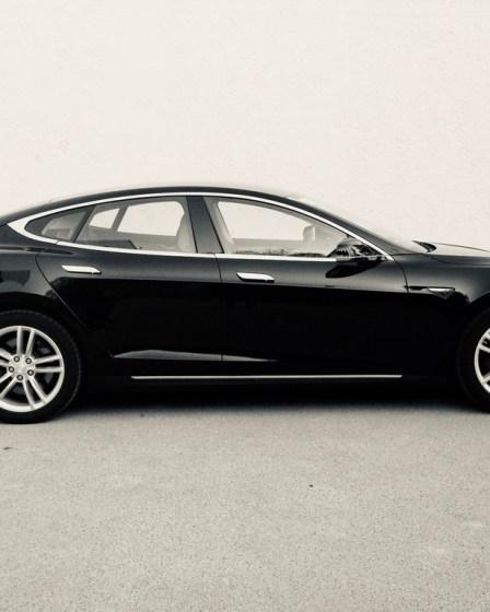 (c) Karl Baumann 2015: Tesla Model S, Stuttgart im April, iPhone 5