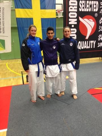 SM-guldmedaljören Ibrahim med Isabel och Malin från Säffle karateklubb.