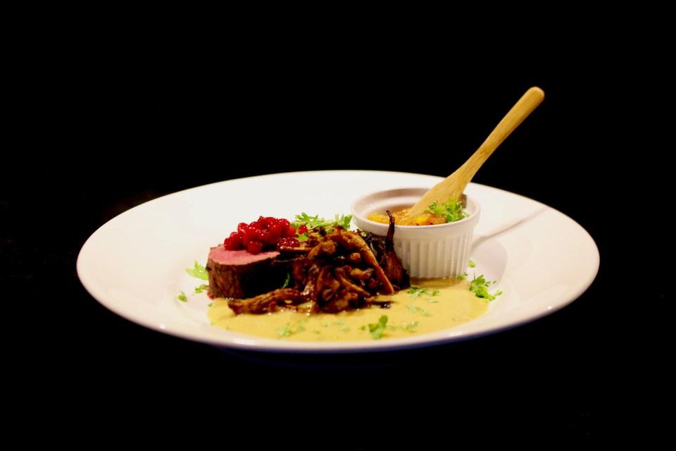 Älgryggbiff med kantarellsås och äpplechutney