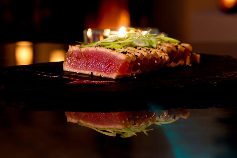 Teppanyaki - tonfisk, rostad sesam i kontrast, reducerad Tosa joyu, salladslök
