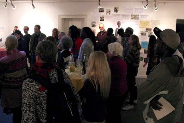 Hier ist die Ausstellung und die vielen Besucher bei der Eröffnung zu sehen.