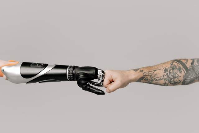 Robotyzacja procesów biznesowych: https://www.pexels.com/photo/person-with-black-and-silver-leather-gloves-holding-black-and-silver-hair-dryer-6153351/