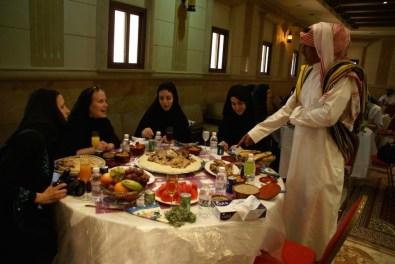 allerdings mit viel zu viel Essen für fünf junge Damen