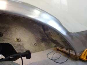 Mercedes-Benz W123 Limousine: neues Blech am Schweller hinten eingefügt, verschweißt und mit Rostschutz behandelt