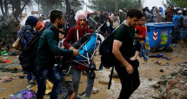 Athénba viszik a macedón határon rekedt migránsokat