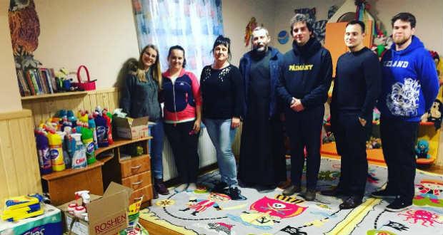 Anyaországi hallgatók adományoztak tisztítószereket a batári óvodának