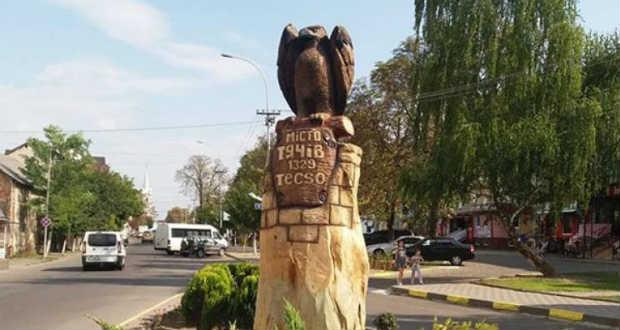 Kárpátalja ma: Técső szimbólumát faragták ki és állították fel a városban