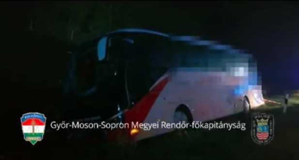 Árokba hajtott egy busz, tömegszerencsétlenség okozása miatt nyomoznak