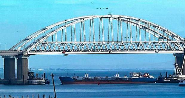 Több mint száz ukrán hajó vesztegel a Kercsi-szorosnál