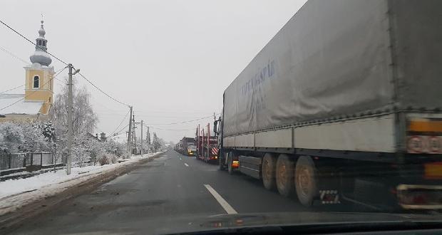 Több kilométeres kamionsor a Tisza határátkelőnél