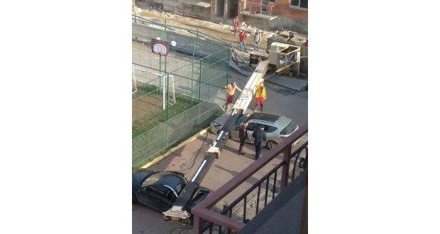 Parkoló autókra borult egy daru Ungváron