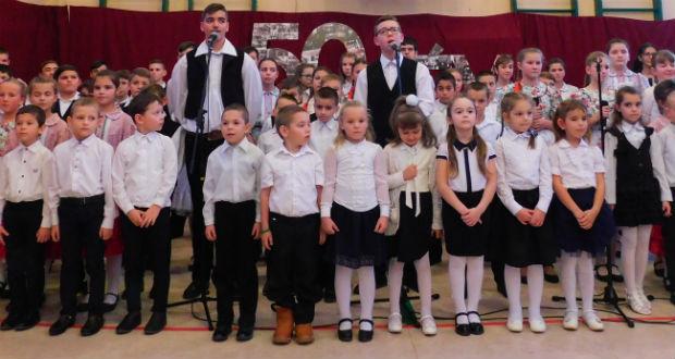 """""""Ne hagyjátok a templomot, s az iskolát"""" – átadták a felújított oroszi iskolát"""
