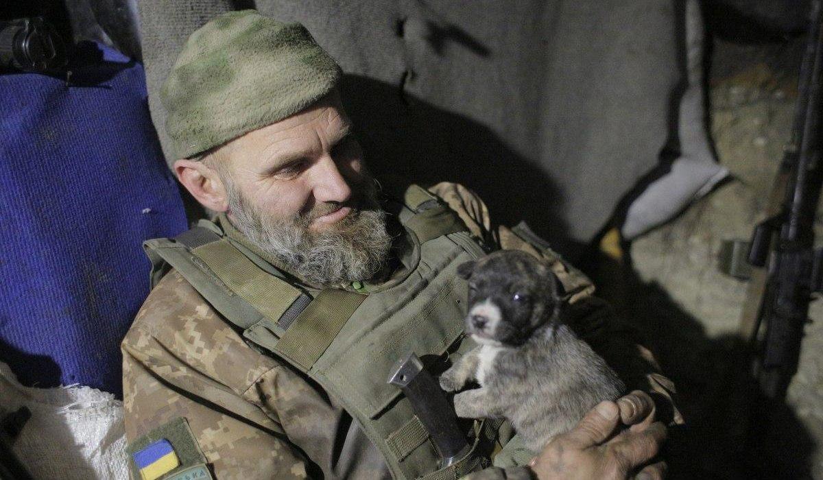 ukrán katona kutyával Donbászon