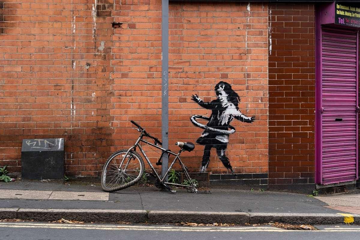 Banksy hulahoppozó kislány