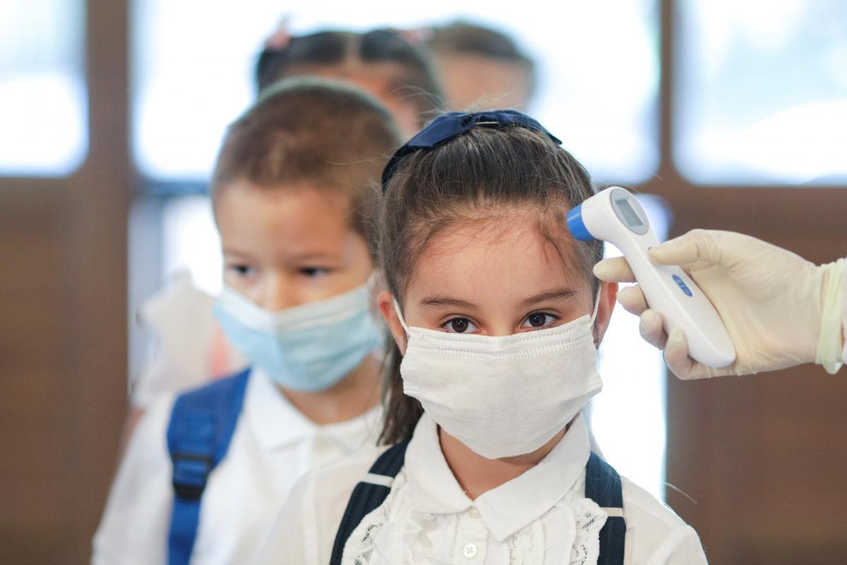 iskolások karantén maszk hőérő Ukrajna