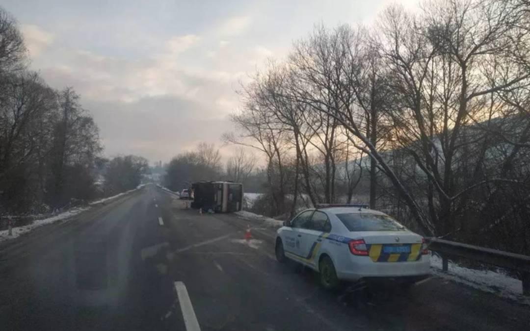 Személygépkocsi és autóbusz ütközött a Szolyvai járásban
