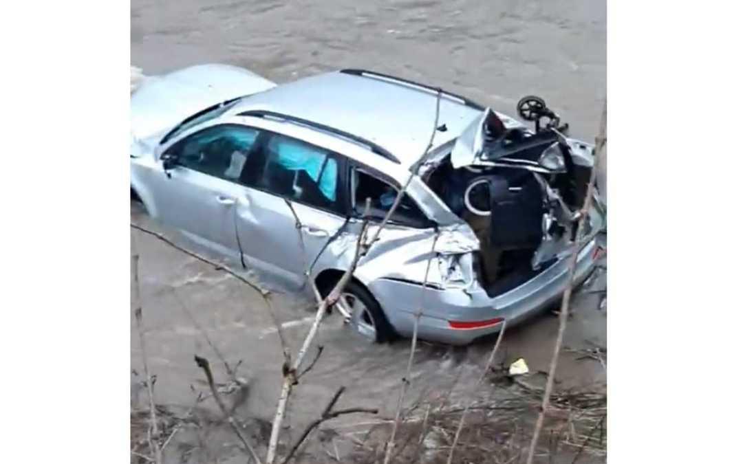 Baleset Malomréten: a folyóba repült egy autó