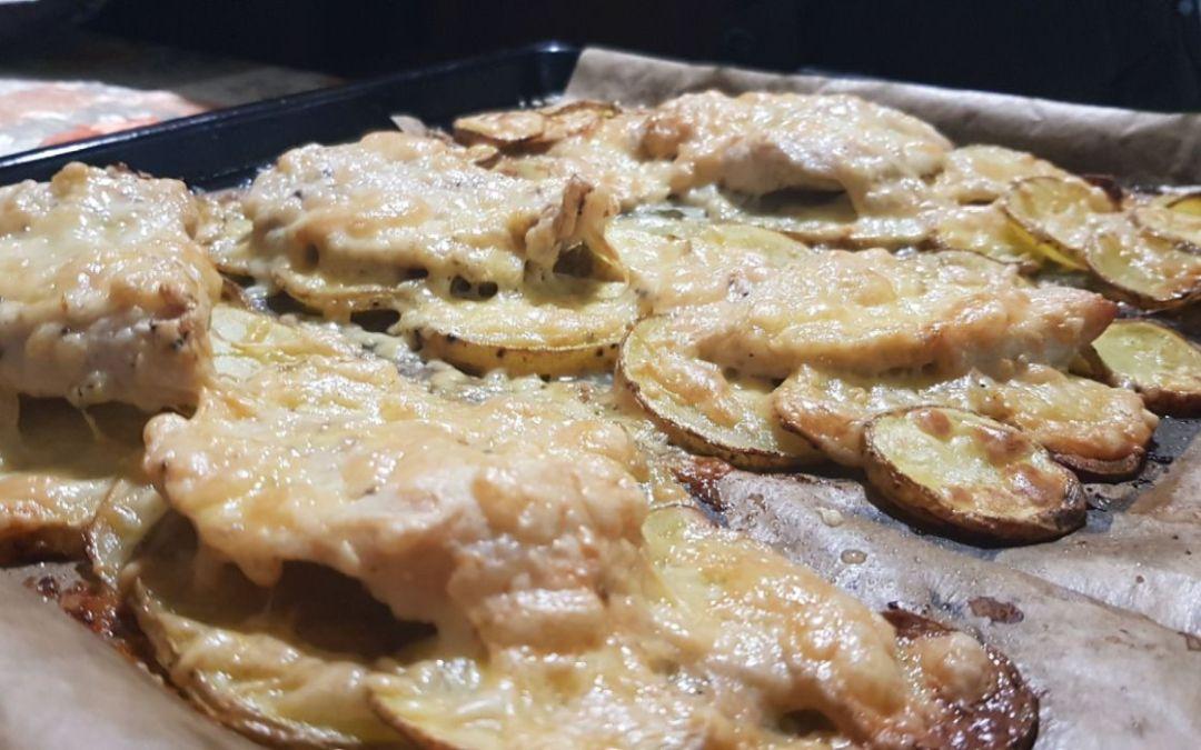 Csirkemell burgonyaágyon sütve