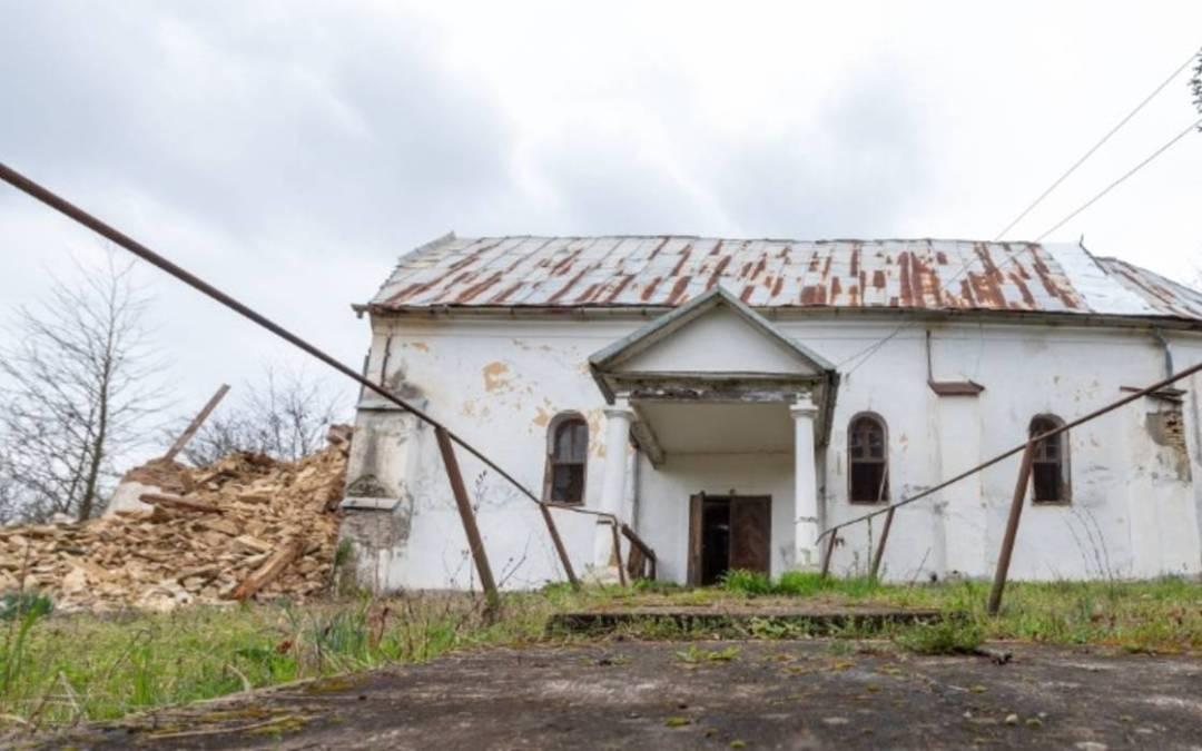 Leomlott egy erdélyi református templom tornya