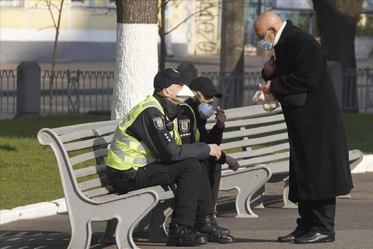 koronavírus férfiak maszk