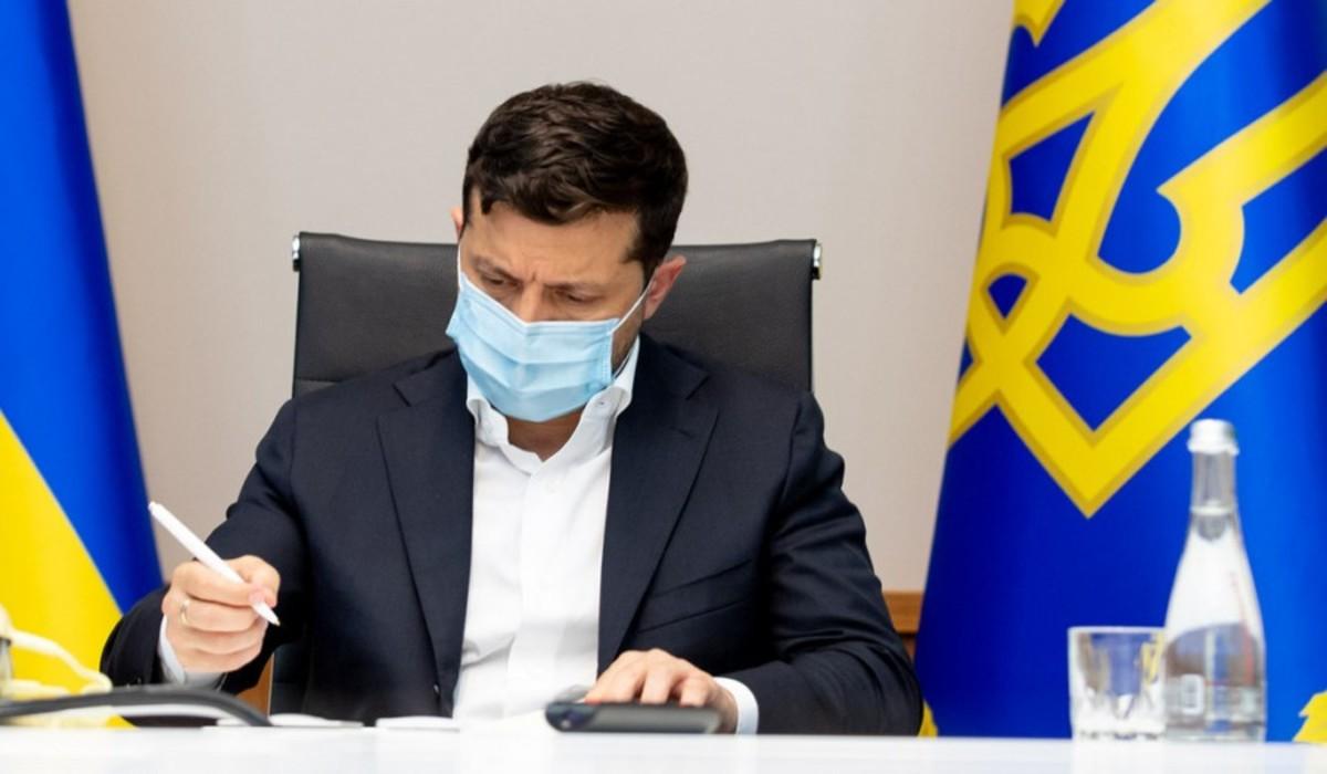 Zelenszkij aláír