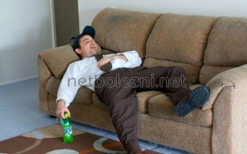 Ер адам диванда жатыр