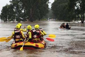 A swiftwater rescue team at Tabragalba - Daniel Lutzke