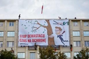 Polonya'da bakanlık çatısında eylem yapan çevreci aktivistlere gözaltı