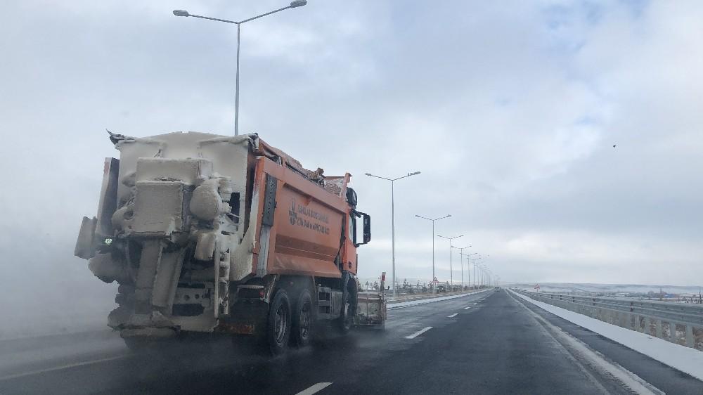 Kars'ta yolların karını temizledi