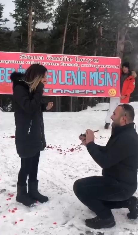 14 Şubat'ta karlar üzerinde meşaleli evlilik teklifi