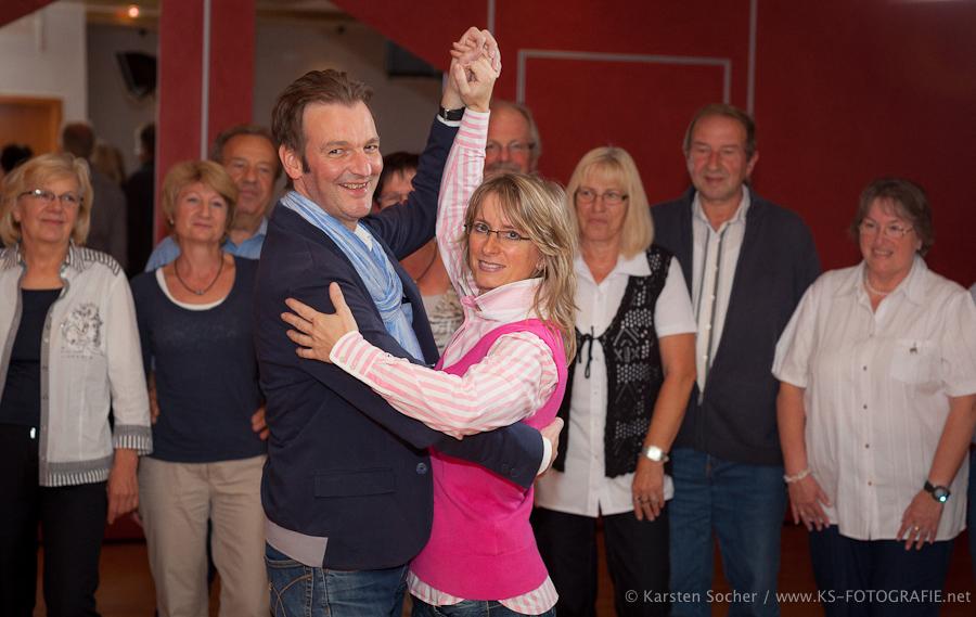 """Tanzschule """"Für Sie"""" Kassel feiert sein 25-jähriges Jubiläum, Tanzlehrer und Tanzschulinhaber Uwe Kaufmann (47) mit Tanzlehrerin und Lebensgefährtin Anita Serra Mock (42) zeigen im Tanzunterricht des Tanzkreis eine Tanzfigur aus dem Tango Agentino"""