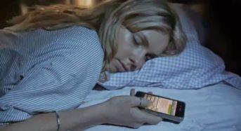 Γιατί δεν πρέπει να κοιμόμαστε με το κινητό δίπλα στο κρεβάτι