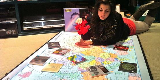 Salottino d'ascolto su una mappa d'Europa - Casa del Disco