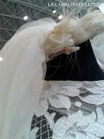 acconciatura da sposa a coroncina con petali in chiffon e ciuffi in piume con tulle lunghezza mt. 4 su abito in bizzo chantilly (particolare) - la camelia collezioni