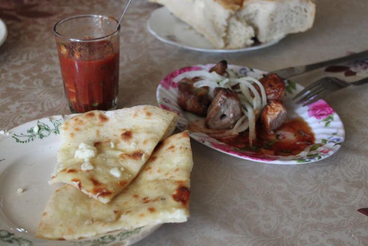Nasz pierwszy posiłek wGruzji: Chaczapuri iszaszłyk