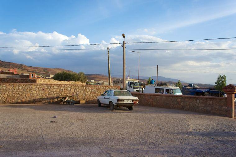 """Samotna grand taxi na""""dworcu"""" wAzilal. Zachwilę będziemy taką jechać wkierunku Ouzoud."""