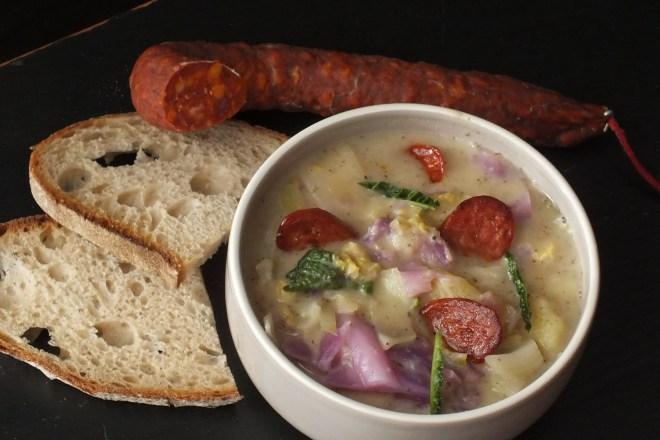 Kartoffel Kohl Suppe mit Chorizo Chips