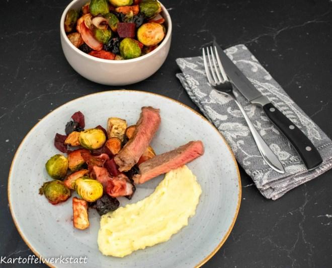 Rezept für eine einfaches Wintergemüse im Ofen gebacken. Rosenkohl, Sellerie und Rote Beete mit Bacon und Backpflaumen.