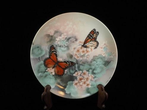 Lina Liu画、蝶紋様皿