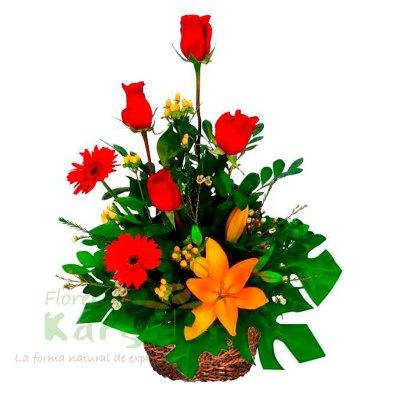 Canasta de minbre, contiene 4 rosas, lilium(rosado, anaranjado, amarillo ), Gerberas, y variedad de flores, incluye tarjeta de dedicatoria Pueden adicionar Chocolates y más, ingresando a la opción REGALOS en la parte superior de la Pág. web