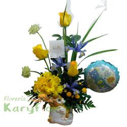 Arreglo floral nacimiento elaborado en cerámica decorada de osito(a). Incluye globo Nº 9 y tarjeta dedicatoria. Para niñas: la cerámica es rosada, el globo es para niña y el color de las rosas varian según el cliente.