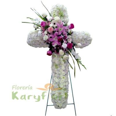Elaborado con rosas importadas, lilium, astromelias, gerberas, gladiolos y fino follaje. Incluye tarjeta impresa con dedicatoria de condolencias.
