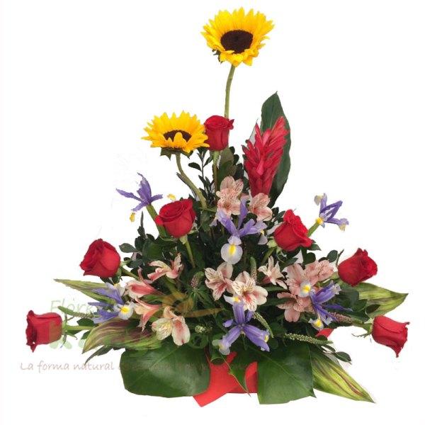 Arreglo floral elaborado en base de cerámica con papel importado, contiene 7 rosas importadas, ginger, girasoles, 3 iris, astromelias, fino follaje. Incluye tarjeta de dedicatoria. Pueden adicionarles chocolates ingresando a opcion REGALOS en la parte superior de la Pag. web