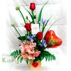 Arreglo floral con 3 rosas, astromelias y variedad de flores, en base de cerámica decorada. Incluye globo Nº 9 y tarjeta de dedicatoria. Pueden agregar chocolates y peluches ingresando a la opción regalos que está en la parte superior de la pagina web
