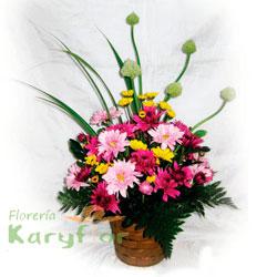 Arreglo floral primaveral elaborado en canastilla de cerámica. Pueden adicionar Chocolates y más, ingresando a la opción REGALOS en la parte superior de la Pág. web