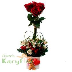 Arreglo floral elaborado con 4 rosas, liriopes y astromelias en cerámica decorada con osito (sujeto a stock) o corazones. Incluye tarjeta dededicatoria.