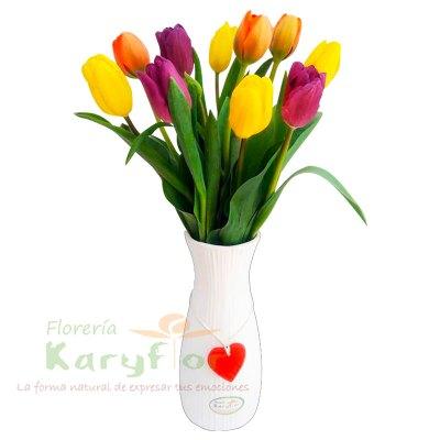 10 tulipanes en florero blanco y detalle corazon en cerámica, incluye tarjeta de dedicatoria Pueden adicionarles chocolates ingresando a opcion REGALOS en la parte superior de la Pag. web